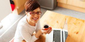 """Kobieta z kawą przy laptopie/ konkurs na Babyonline.pl """"Poznaj moją historię"""""""
