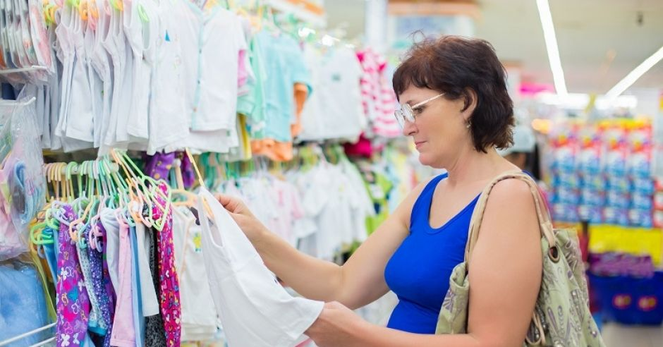 kobieta, zakupy, sklep, ubrania dla niemowlaka