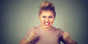 Kobieta zdenerwowana przez zachowanie swojej teściowej
