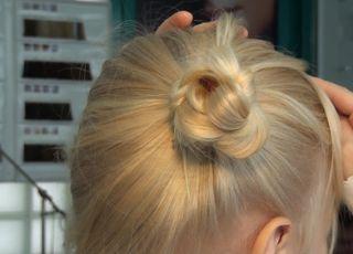 koczek, fryzura dla dziewczynki, kok dla dziewczynki, fryzury dla dzieci, kok