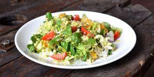 Kolorowe sałaty z orzechami i nasionami - przepis na sałatkę
