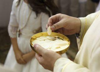 Komunia święta 2020 - nie wszyscy księża przekladają komunie