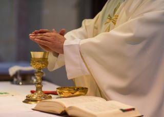 Ksiądz w kościele przy ołtarzu