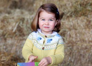 3-letnia Charlotte gra w tenisa, choć nie pozwalają na to przepisy