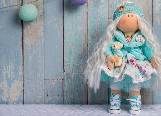 Miękka lalka szmaciana jest idealną przytulanką. Którą wybierzesz dla dziecka?