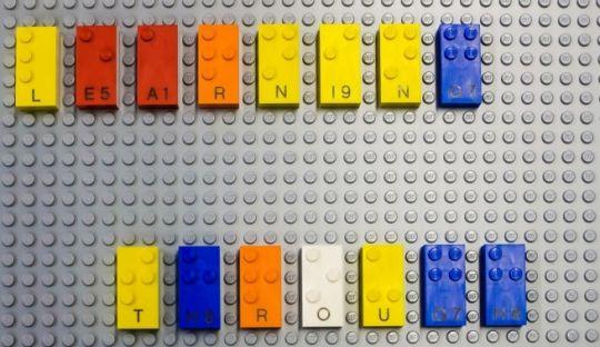 klocki z Lego z alfabetem Braille'a
