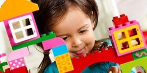 Lego DUPLO farma - dziewczynka bawi się Lego