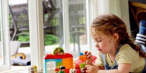 Lego Duplo Przedszkole 10833 dziewczynka bawi się klockami.jpg