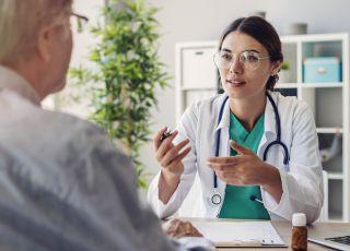 Lekarz z pacjentem w gabinecie