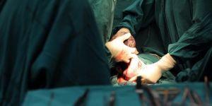 Lekarze przeprowadzają cesarskie cięcie