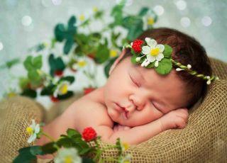 letnia pielęgnacja noworodka, letnia wyprawka dla noworodka, noworodek podczas upałów, urodzone latem, poród latem