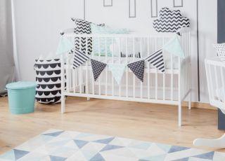 łóżeczko dziecięce i kołyska ze szczebelkami w pokoiku maluszka