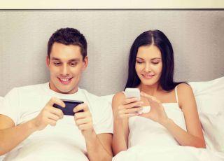 łóżko, kobieta, mężczyzna, telefon, smartfon
