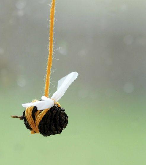 prace plastyczne - pszczoła z szyszki