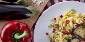 Makaron muszelki z bakłażanem, pomidorami i selerem
