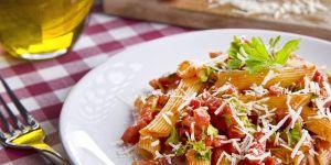 Makaron penne z boczkiem, pomidorami i natką pietruszki