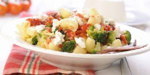 Makaron z brokułami i pomidorami - przepis na obiad