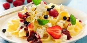 Makaron z serem i letnimi owocami