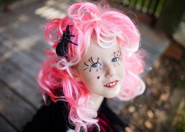 makijaż na halloween dla dziecka wiedźma z różowymi włosami DIY