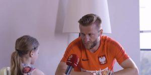 mała dziewczynka przeprowadza wywiad z piłkarzami HIT