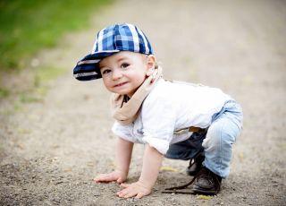 Małe dziecko na specerze