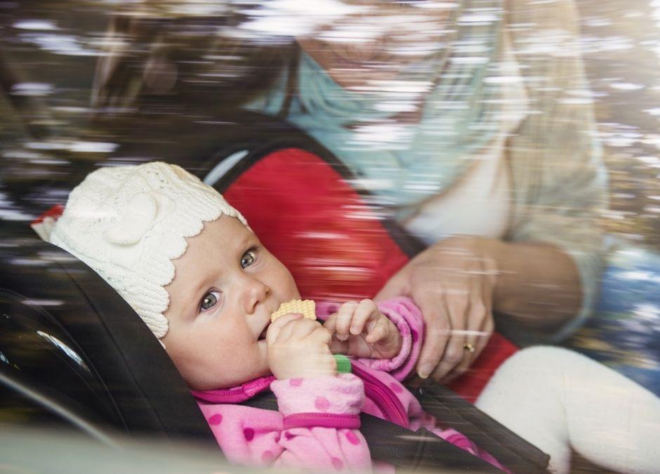 małe dziecko w samochodzie zapinane w foteliku