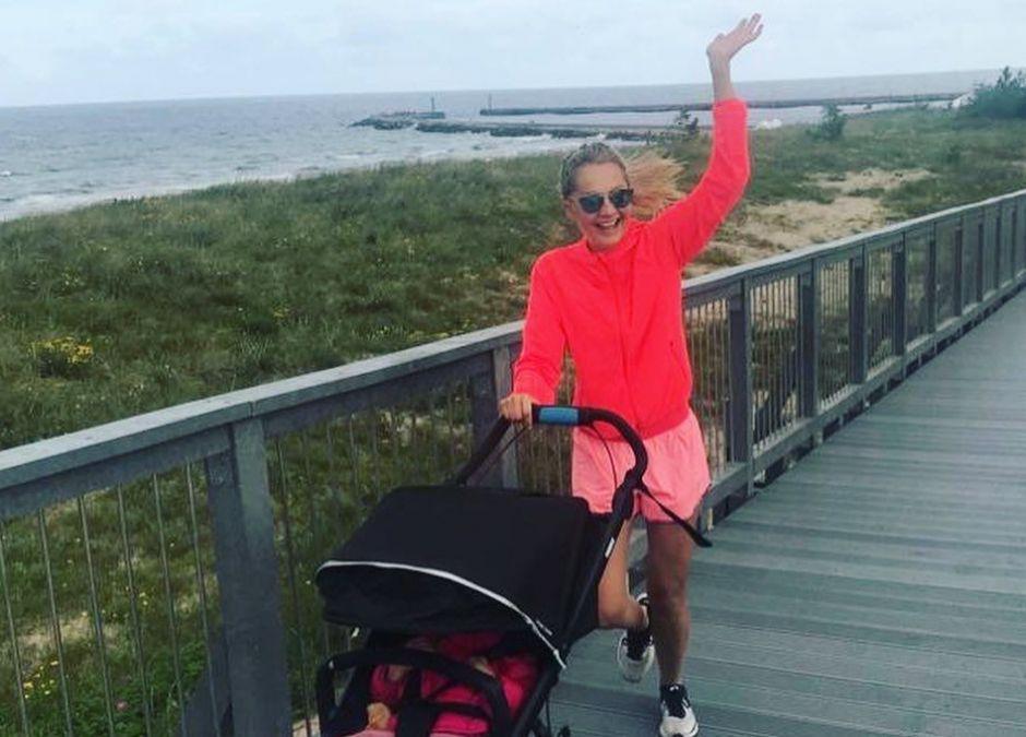 Małgorzata Socha biega z wózkiem nad morzem