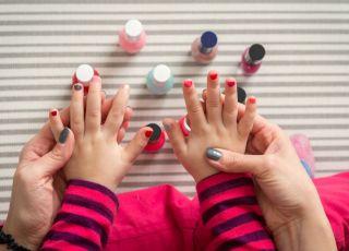 malowanie paznokci z dzieckiem