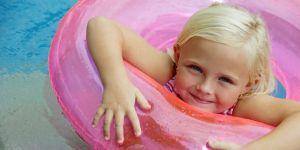 maluch, dziewczynka, basen, koło ratunkowe, pływać