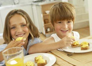 maluch, jedzenie, śniadanie, dzieci