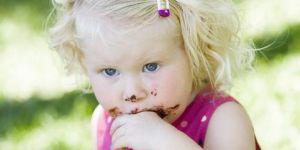 maluch, jedzenie, spacer