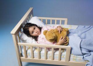 maluch, łóżeczko, moczenie, dziewczynka, sen