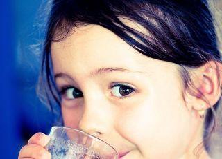 maluch, szklanka, picie