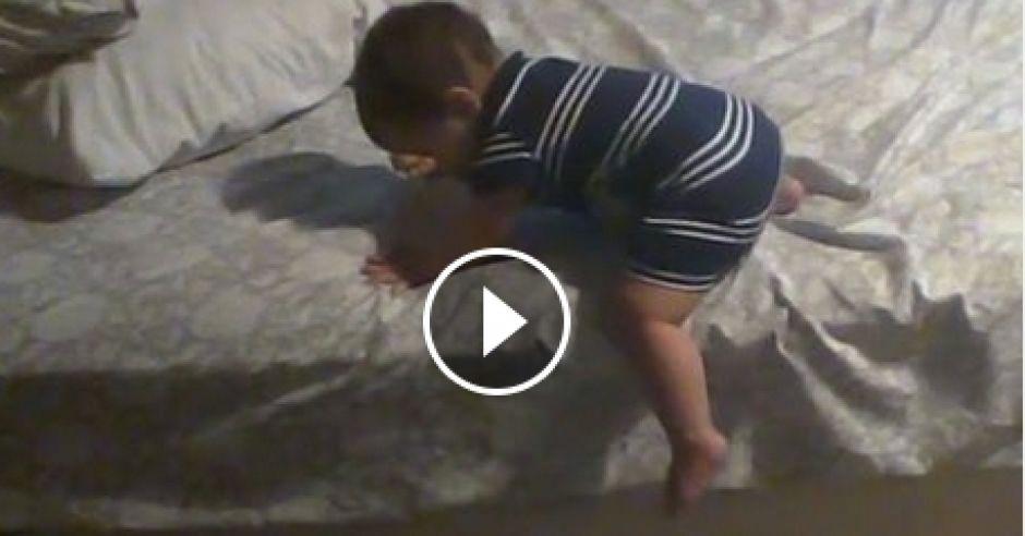 Mały spryciarz schodzi z łóżka
