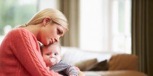 Mama cierpiąca na depresję poporodową z niemowlęciem