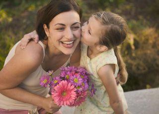 mama, córka, dziecko, całusy, kwiaty