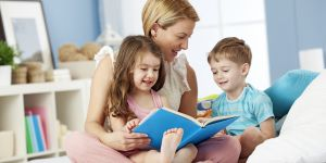 mama czyta dzieciom