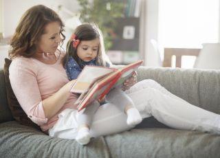 mama czyta dziecku książkę