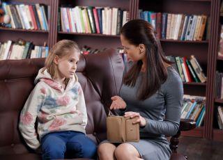 mama daje dziecku pieniądze kieszonkowe
