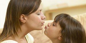 mama, dziecko, dziewczynka, całować