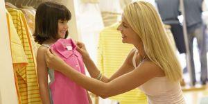 mama, dziecko, dziewczynka, zakupy, przymierzać