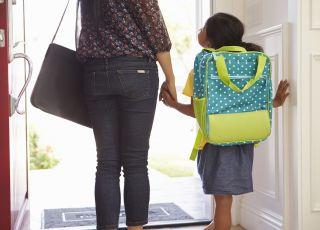 mama dziecko idą do szkoły