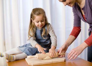 mama, dziecko, kuchnia, pomagać
