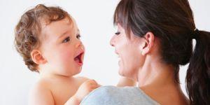 6 miesięczne dziecko śmieje się do mamy