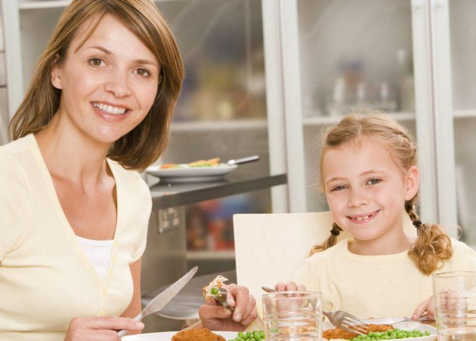 mama, dziecko, obiad, jedzenie