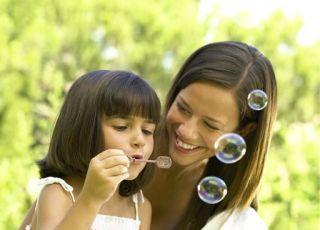 mama, dziewczynka, córka, wiosna, bańki