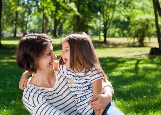 Mama i córka bawią się na świeżym powietrzu