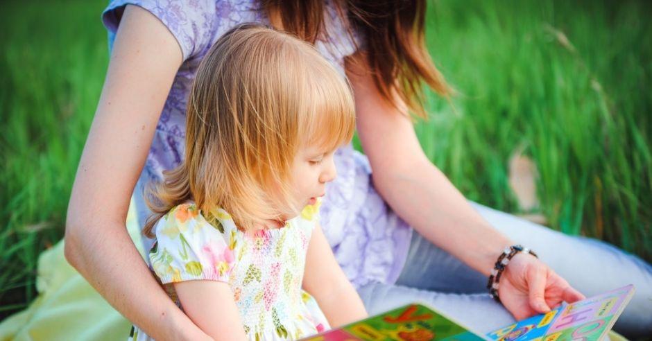 mama i córka czytają książkę