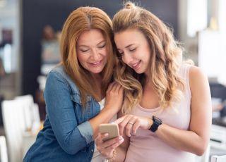 mama i córka oglądają w telefonie aplikację