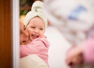 Mama i córka przeglądają się w lustrze w łazience